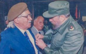 Fidel coloca el Título de Héroe del Trabajo en el pecho de Salvador Wood. Foto: Internet
