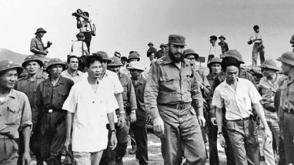 Septiembre de 1973. El líder cubano recorre Quang Tri, provincia recién liberada del sur vietnamita. Xuan Phong va al lado de Fidel, a su izquierda. Autor: Tuan Anh