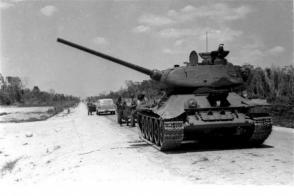 Tanque de las fuerzas revolucionarias avanza hacia Playa Girón. Foto: Archivo