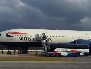 Pasajeros del crucero británico MS Braemar abordan aeronaves que los llevan de regreso al Reino Unido. Foto: Lisandra Fariñas/Cubadebate.
