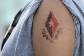 Una joven se ha dibujado la insignia del Comandante en Jefe en su antebrazo, durante el homenaje tributado por cientos de miles de habaneros en el Memorial José Martí, el 28 de noviembre de 2016. Foto: Ladyrene Pérez/ Cubadebate