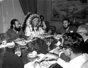 Fidel Castro y el jefe de la tribu pájaros blancos de los Indios Creeks, W. A. Raifford