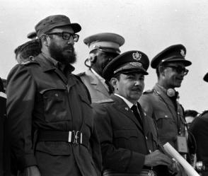 Fidel Castro y Raúl Castro en el desfile militar por el XV anivaersario del Triunfo de la Revolución