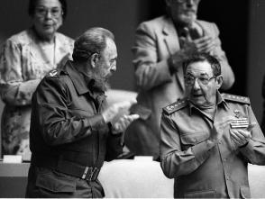Fidel Castro Ruz y Raúl Castro Ruz en el parlamento cubano