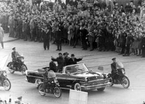 Fidel Castro y Nikita Jrushchov en las calles de la URSS