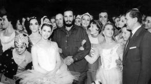 Fidel Castro junto a integrantes del Ballet