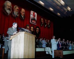 Lee el Informe Central en la inauguración del III Congreso del PCC en el Palacio de Convenciones. La Habana