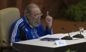 Fidel Castro pronuncia discurso en la clausura del VII Congreso del PCC