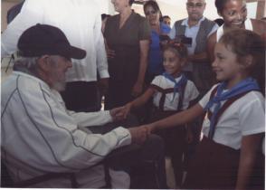 Fidel Castro saluda a niños en el complejo educacional Vilma Espín