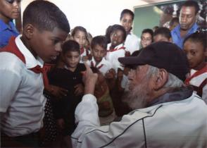 Fidel Castro conversa con estudiantes de la escuela Vilma Espín
