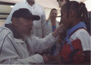 Fidel Castro saluda a estudiantes en el Complejo educacional Vilma Espín