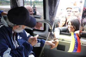 Fidel Castro Ruz junto a integrantes del «II Vuelo de la Solidaridad Bolívar-Martí, un puente de pueblo a pueblo»