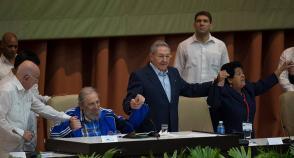 Fidel Castro, Raúl Castro, Machado Ventura y Nemesia en el 7 Congreso del PCC