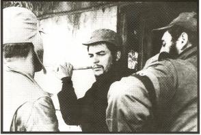 Fidel Castro conversa con el Ernesto Che Guevara
