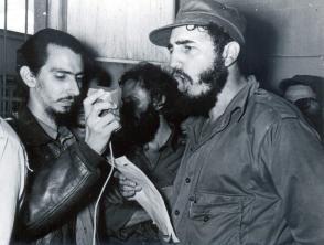 Fidel Castro junto Jorge Enrique Mendoza capitán del Ejército Rebelde.