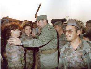 Fidel conversa con mujeres cubanas que cumplían misión internacionalista en Angola