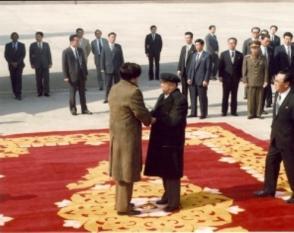Es recibido por el Jefe de Estado de la nación Kim II Sung durante su viaje a la República Popular Democrática de Corea