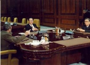 Sostiene reuniones de trabajo para discutir asuntos bilaterales con el Jefe de Estado Kim Il Sung y otros funcionarios del gobierno