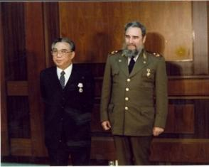 Junto al mandatario de la nación coreana Kim Il Sung durante una recepción especial dedicada en su honor