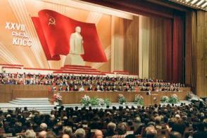 Pronuncia discurso en el XXVII Congreso del Partido Comunista de la Unión Soviética (PCUS), en Moscú