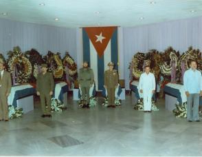 Guardia de honor en memoria de los cubanos muertos durante la invasión de EE.UU. a la pequeña Isla de Granada