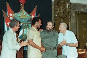 Acompaña al reverendo Jesse Jackson en una visita a la Universidad de La Habana