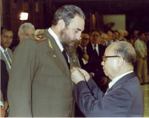 Recibe la Orden Estrella de Oro, condecoración que le concede la República Socialista de Viet Nam