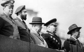 Fidel Castro junto a dirigentes de la URSS