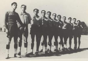 Fidel Castro Ruz en el equipo de fútbol de Belén, 1943