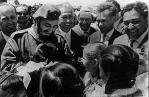 Fidel Castro junto a niñas en Uzbekistán