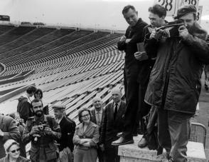 Fidel Castro tomando una foto al Estadio Kirov