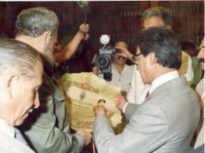 Recibiendo los pergaminos que acreditan la concesión de títulos honorarios en la Universidad Mayor de San Simón de Cochabamba y la Facultad de Derecho y Ciencias Políticas de la Universidad Mayor de San Andrés, en la Paz