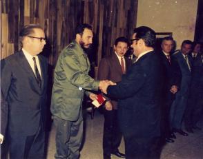"""Fidel Castro Ruz recibe la condecoración """"Jorge Dimitrov"""""""